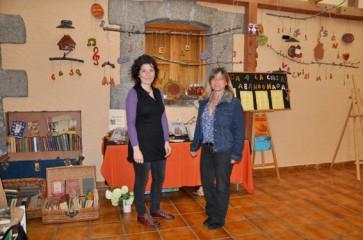 Claudia y Paloma ante el rincón de cerámica